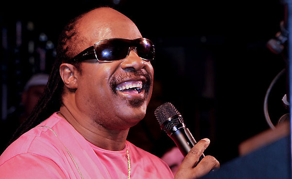 Stevie Wonder canta a Los Angeles in supporto di Israele